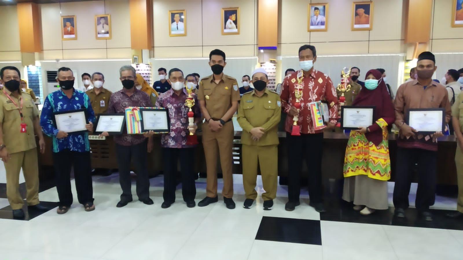 Bupati Banjar Serahkan Hadiah Koperasi Berprestasi Terbaik